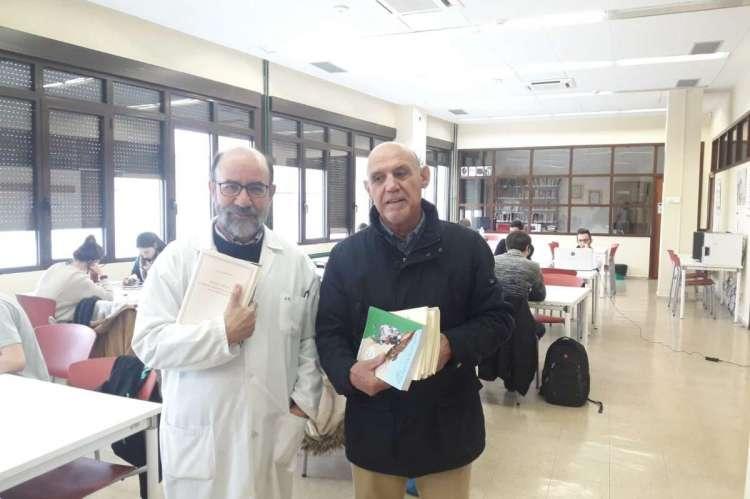 Javier Ramón Sánchez y Antonio Avilés en el momento de la entrega