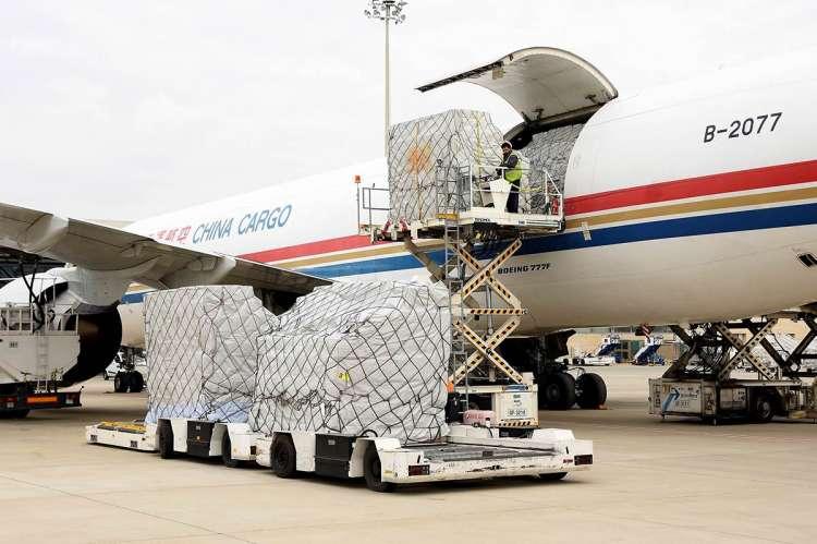 Avión llegado de China descargando material sanitario