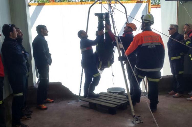Bomberos durante el simulacro de rescate en un pozo en las Jornadas de Bomberos de 2015