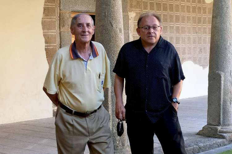 Dos hombres posando en el claustro del CMC San Francisco de Béjar