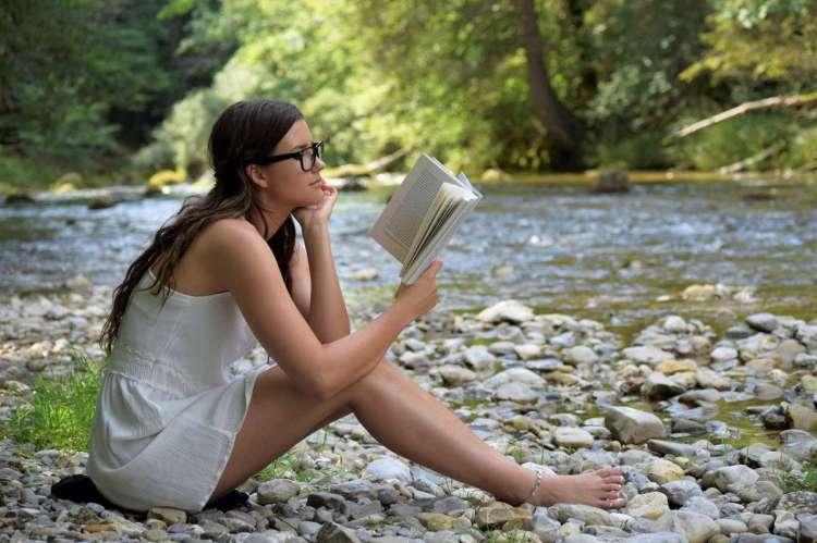 Una joven leyendo