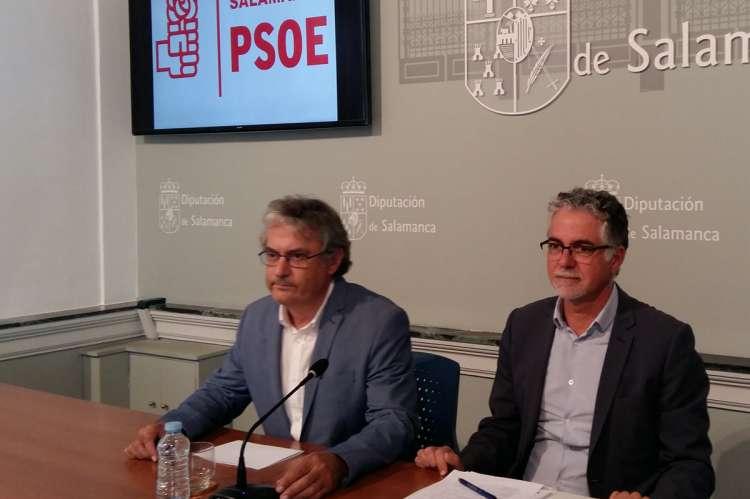 El portavoz del Grupo Socialista en la Diputación de Salamanca, Fernando Rubio, acompañado por el diputado provincial responsable del Área de Fomento, Manuel Ambrosio Sánchez