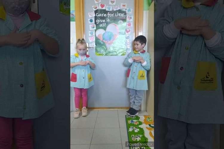 Dos niños en una clase de primaria