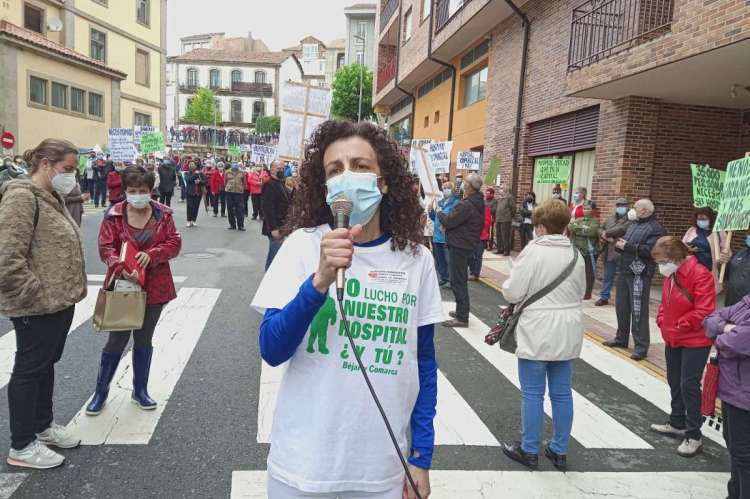 Marisa Díaz en una concentración frente al hospital de Béjar