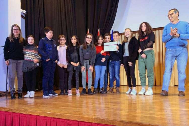 Alumnos del CEIP Marqués de Valero recogiendo el premio