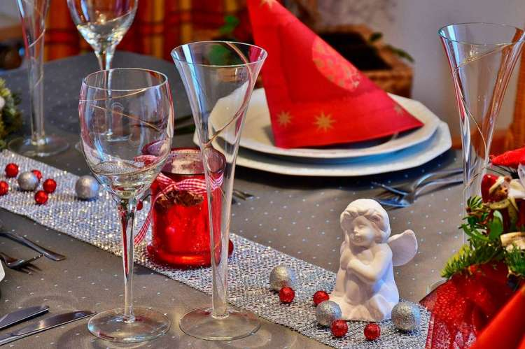 Copas, platos encima de una mesa decorada de Navidad