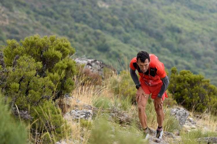 Deportista subiendo montaña