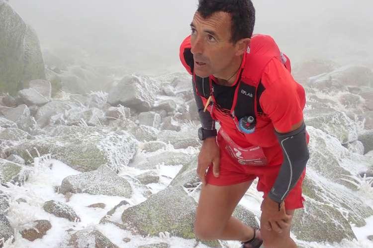 Miguel Heras corriendo sobre la nieve en el Ultrail La Covatilla
