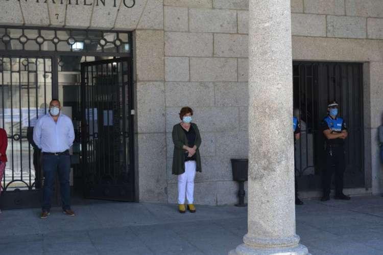 Participantes en el minuto de silencio frente al Ayuntamiento de Béjar