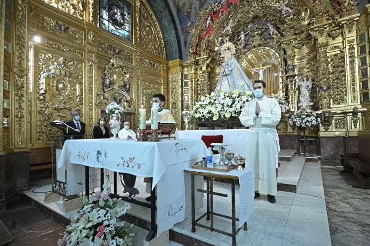 Varios curas oficiando misa en el interior del santuario