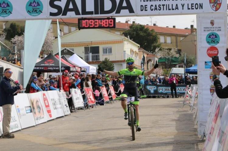 Moisés Dueñas entrando en la meta de Saucelle (Foto: moisesduenas.es)