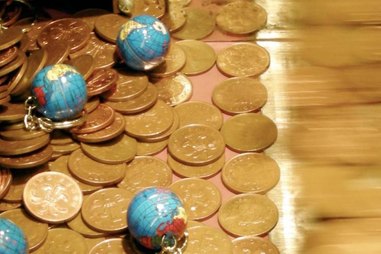 Fuente: Money makes the world go round by Peter-Ashley Jackson via Flickr (CC BY 2.0)