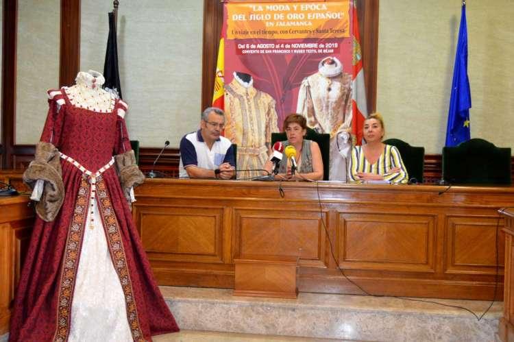 Presentación de la actividad multicultural en el salón de plenos