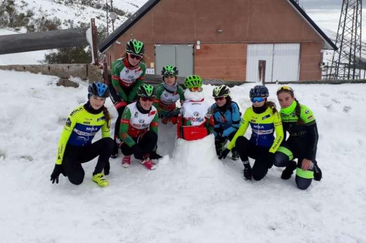 Natalia Ovejero junto a sus compañeras en alto Campoo