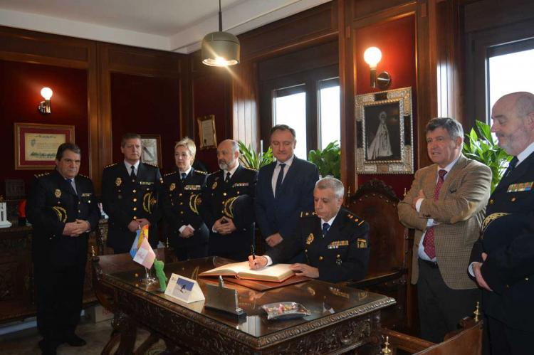 El nuevo jefe de policía firma en el libro de honor del ayuntamiento de Béjar