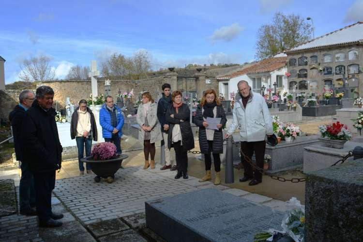 Ofrenda floral ante la tumba de Mateo Hernández