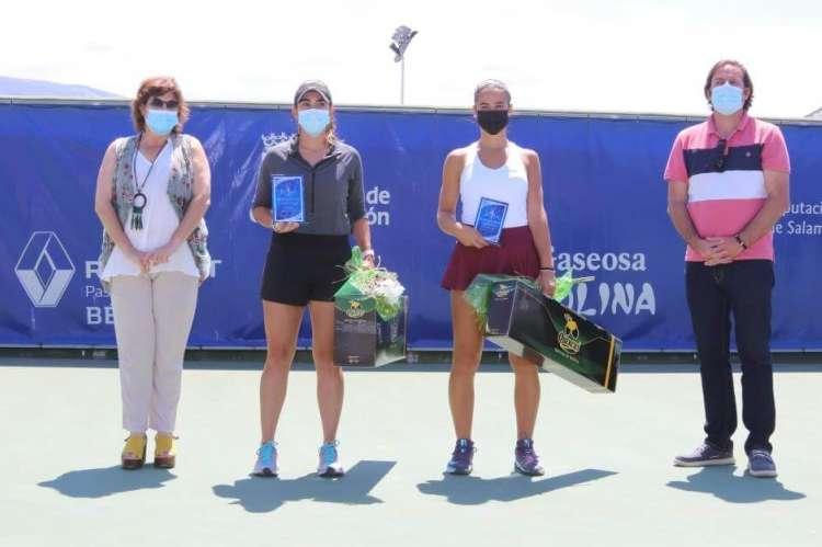 2 chicas tenistas con premios junto a un hombre y una mujer