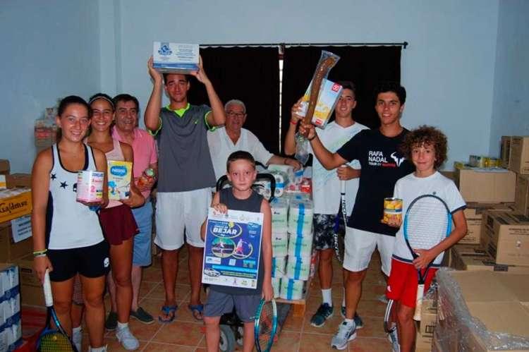 Jóvenes jugadores durante la entrega de los alimentos a San José Artesano