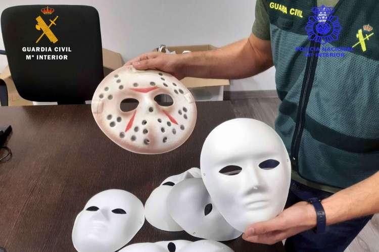 Varias máscaras en manos de un guardia civil