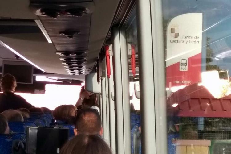Vista del interior del autobús, parado en Villatoro