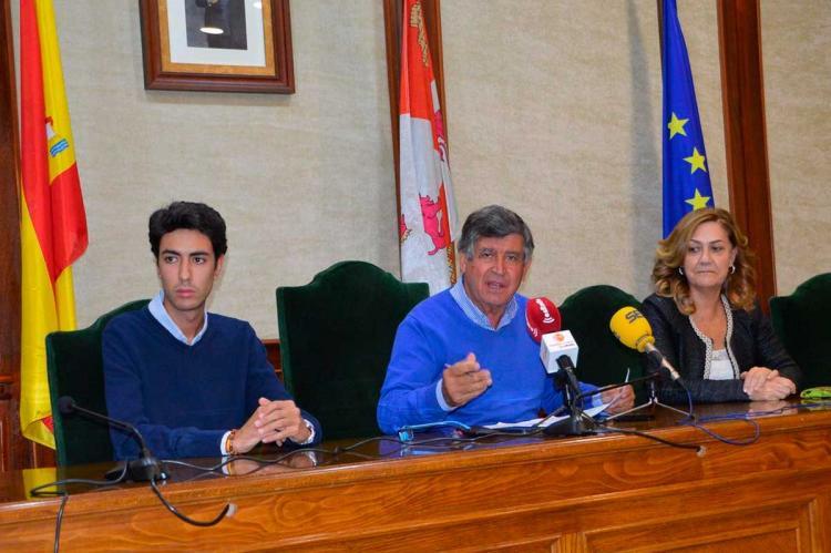 El alcalde junto a sus concejales