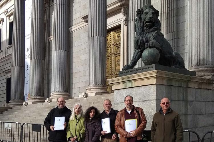 Miembros de la PDBB y San Gil en el exterior del Congreso de la Diputados