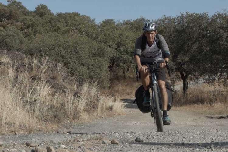 Peio Ruiz Cabestany sobre la bicicleta de montaña por un camino