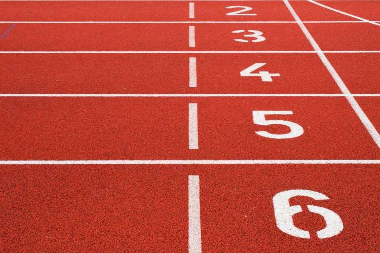 Pista deportiva con números de calles de atletismo