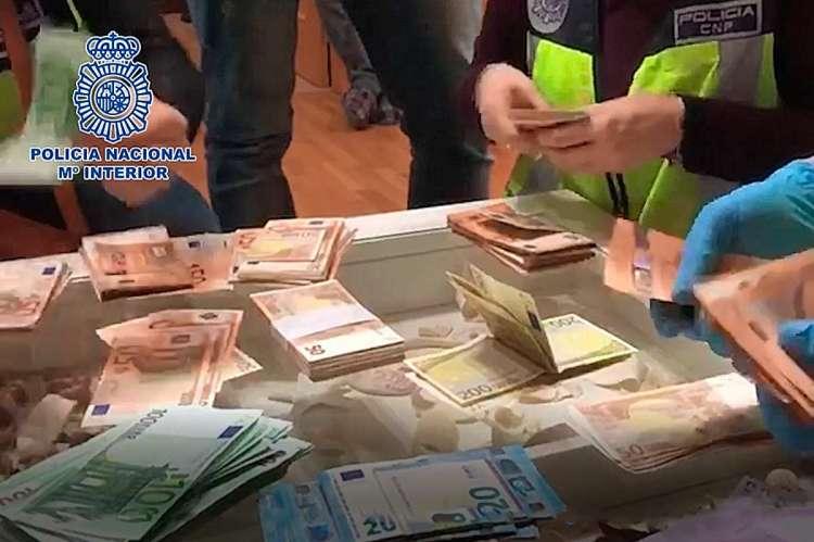 Policía Nacional cuenta dinero incautado enla operación