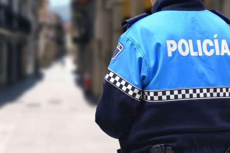 Policía Local de espaldas en una calle