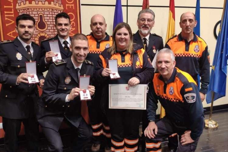 Efectivos de la Policía Local y voluntarios de Protección Civil tras la recepción de sus condecoraciones
