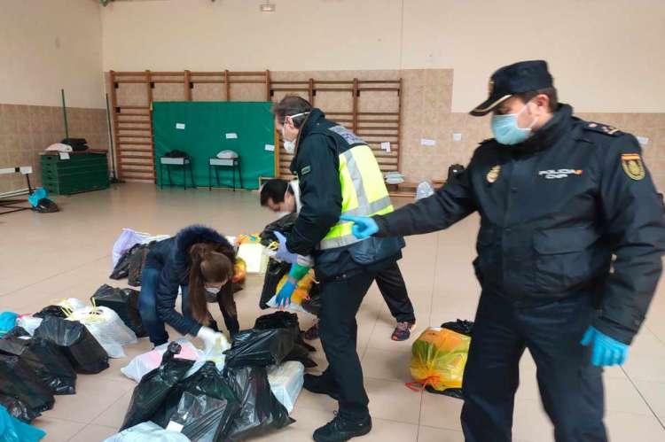 Policia coordinando el trabajo de recuperación del material del centro escolar