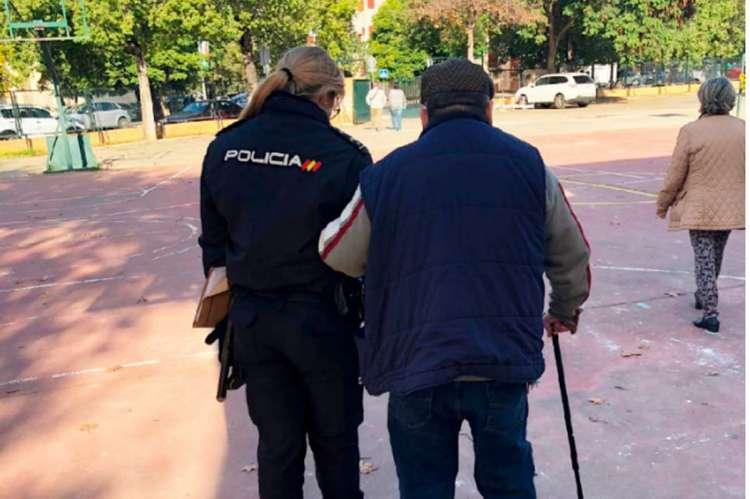 Una policía nacional acompaña a una persona mayor
