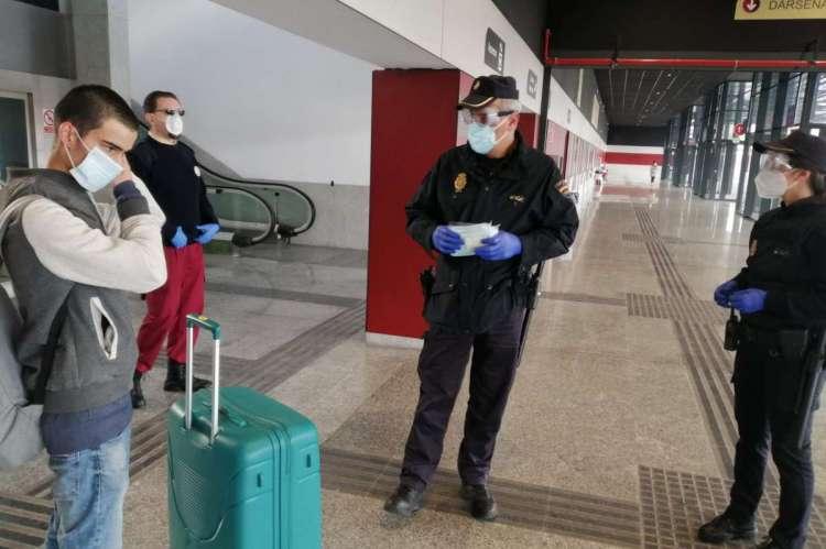 Policía repartiendo mascarillas en Salamanca