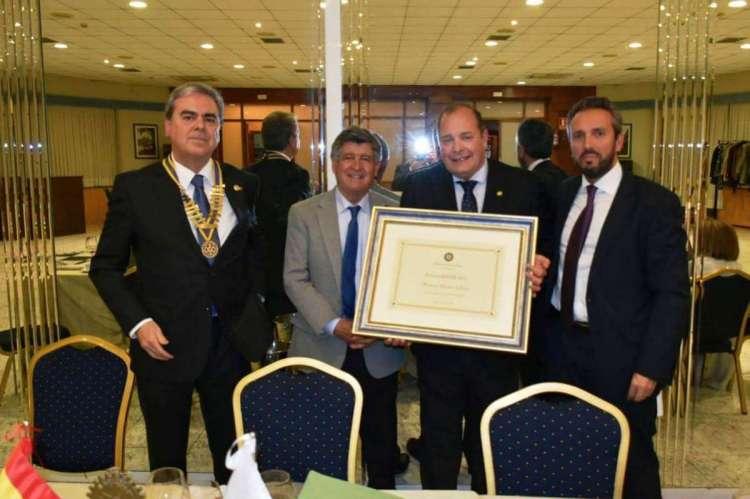 Responsables de la Caixa junto al alcalde de Béjar y la presidente del Rotray club de Béjar en la entrega del diploma acreditativo
