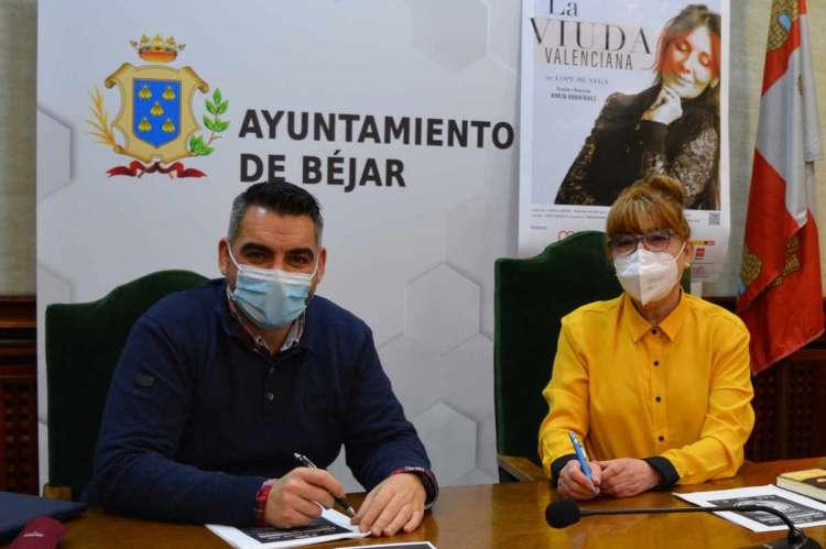 La concejala delegada y el técnico municipal presentan la programación del Cervantes