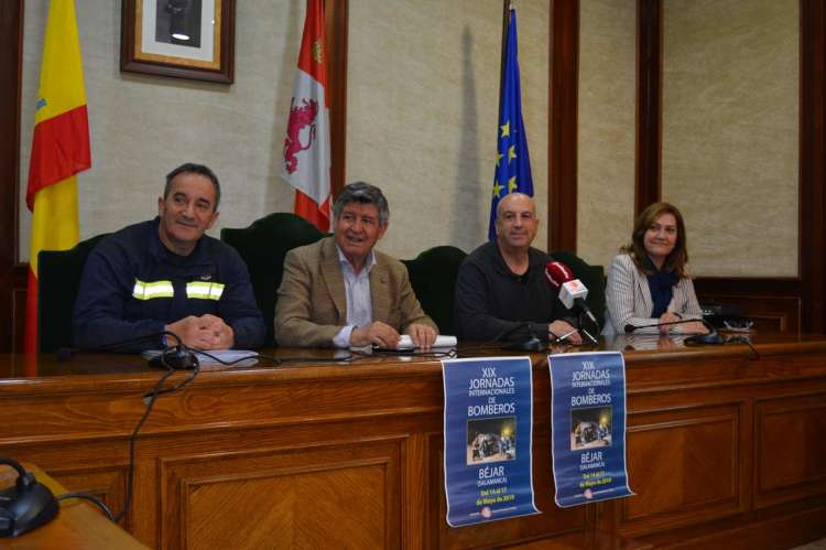 Manuel Gallego junto al alcalde y concejales durante la presentación de las XIX Jornadas Nacionales de Bomberos