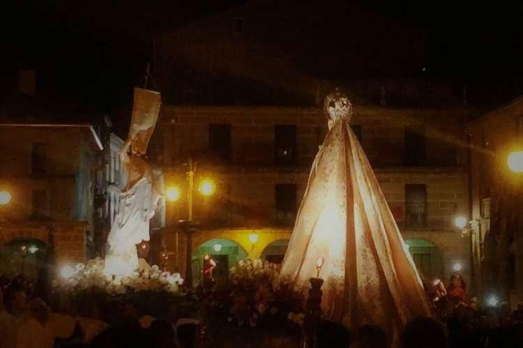 Imagen del Resucitado junto a la Virgen en la procesión del Encuentro