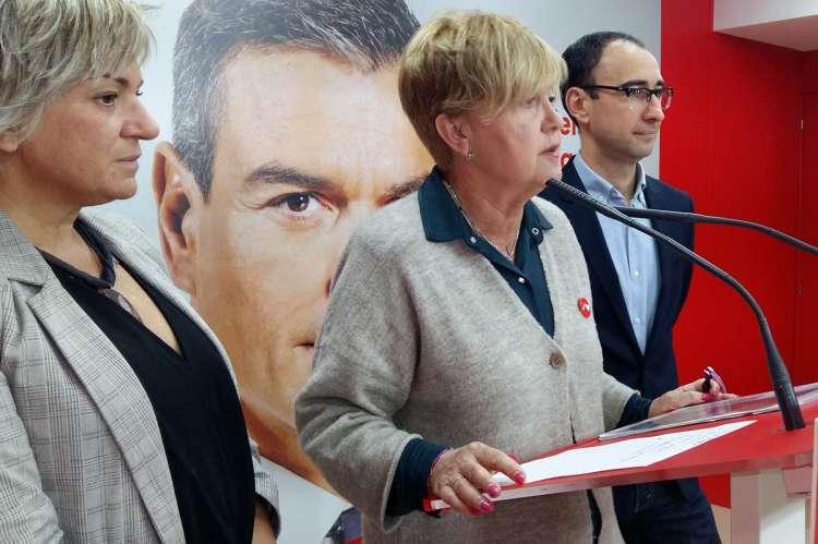 Responsables del PSOE junto a la ex comisionada
