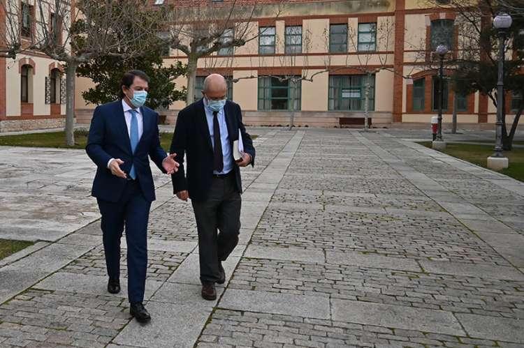 Dos personas caminando por la calle