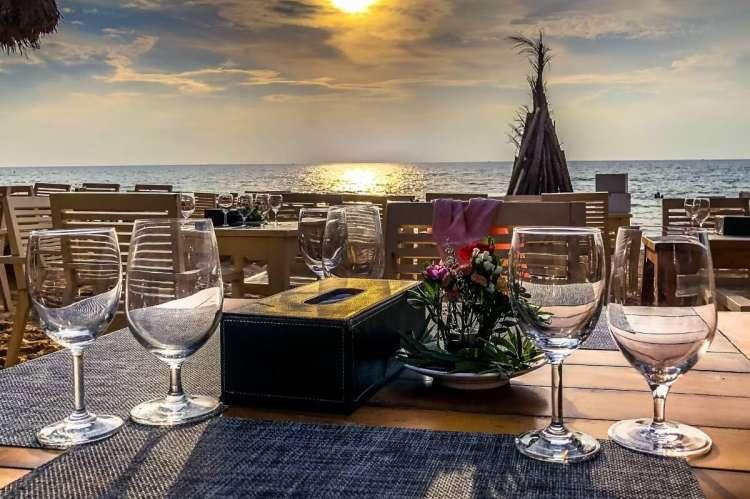 Mesa de restaurante con el mar al fondo