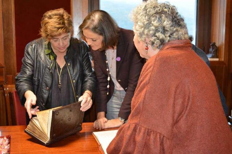 Reyes Maroto firmando en el libro de honor del Ayuntamiento