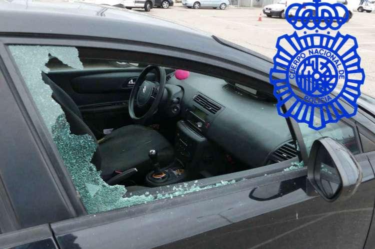 Vehiculo con la ventanila rota, robado por los detenidos