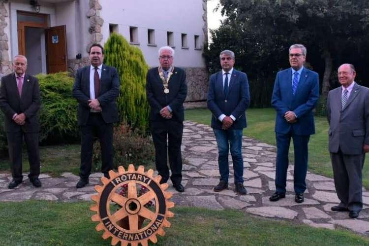 Seis personas posando tras el logotipo del rotary club