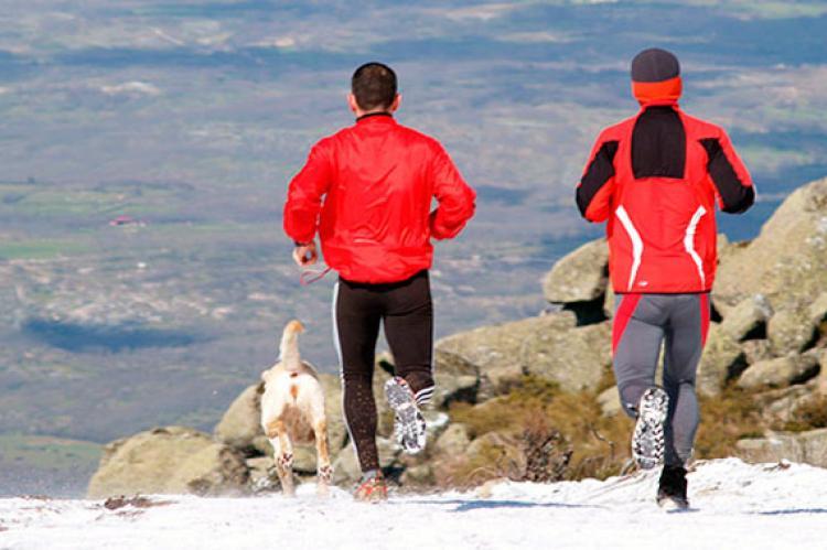 Dos de corredores sobre la nieve en la Ruta Vetona de 2012