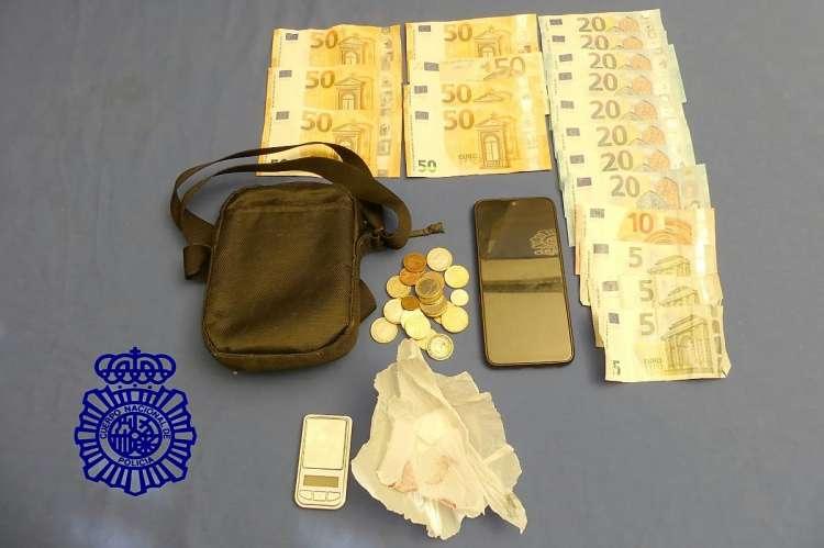 Varios billetes de cincuenta euros, monedas, varios móviles, riñonera y papel blanco