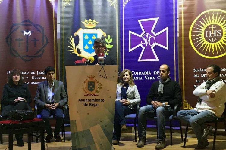 Alejo Riñones junto a miembros de las hermandades de Béjar durante la presentación de la solicitud de Fiesta de Interés Turístico Regional