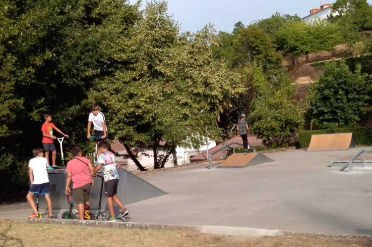 Jóvenes jugando en el Parque de Santa Ana