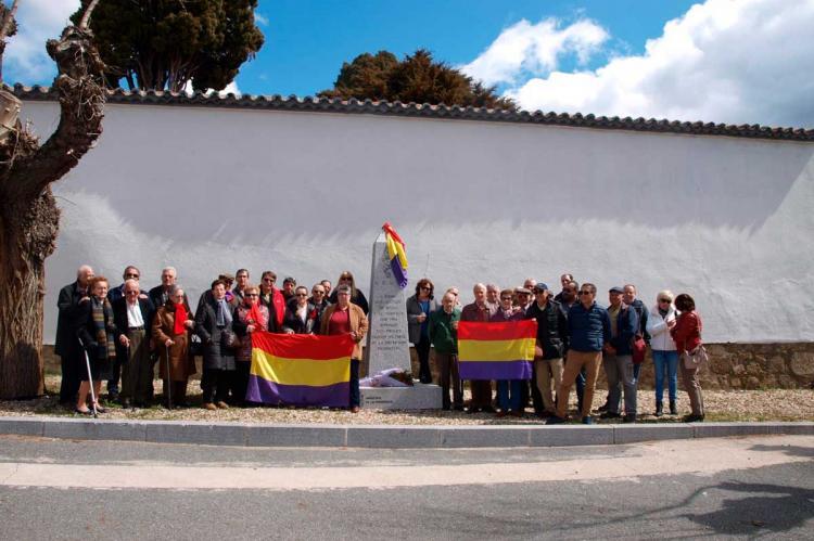 Socialistas ante el monolito que recuerda a las víctimas de la represión franquista