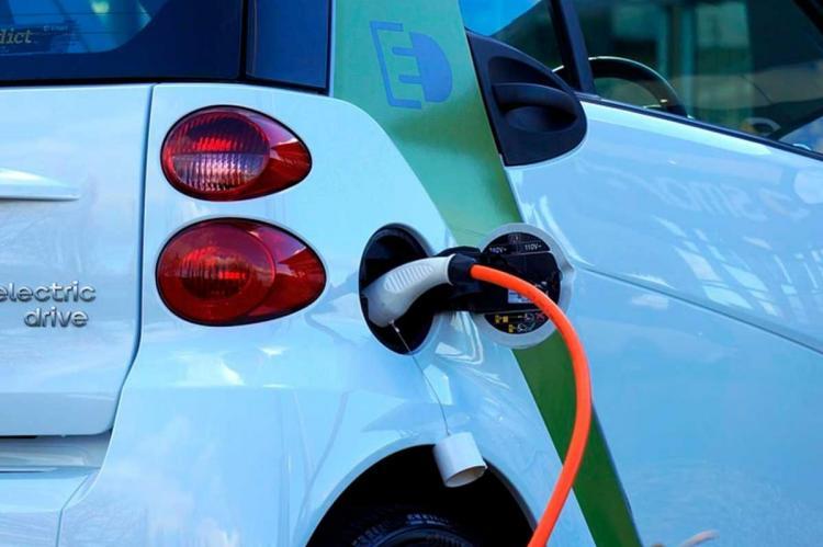 Vehiculo eléctrico recargándose